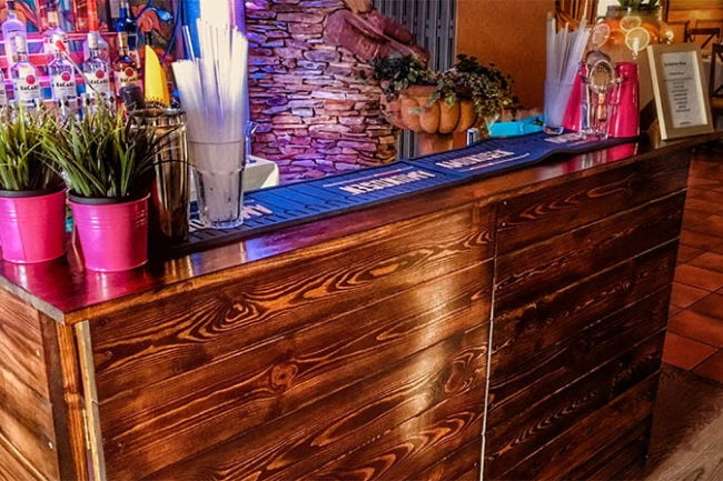 Bar z naturalnego drewna na przyjęcie weselne